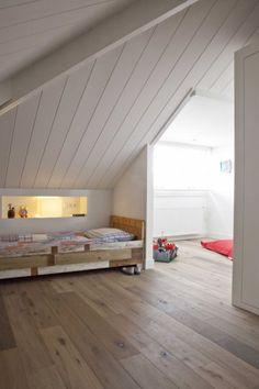 White celing in loft Attic Bedrooms, Home Bedroom, Romantic Master Bedroom, Mansard Roof, Loft Stairs, Loft Room, Sleeping Loft, Attic Spaces, Decoration