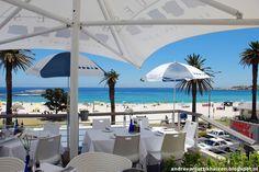 Tegen de dramatische achtergrond van de Twelve Apostels en Lion's Head, met uitzicht over de turquoise oceaan, ligt een van de meest trendy plekken van Kaapstad waar zien en gezien worden de boventoon voert: Camps Bay, de chique voorstad ten zuiden van Kaapstad.