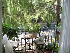 Lille altan = små møbler og krukker.  Charmerende altan med gode detaljer