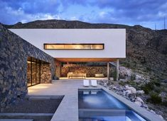 Describe this house with ONE word! The Franklin Mountain House is designed by Hazelbaker Rush and is located in Paso Photo by Casey Dunn - Architecture and Home Decor - Bedroom - Bathroom - Kitchen And Living Room Interior Design Decorating Ideas - Modern Mountain Home, Mountain Homes, Outdoor Patio Designs, Outdoor Pool, Desert Homes, Residential Architecture, Architecture Design, Contemporary Architecture, Contemporary Houses