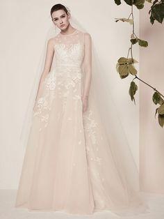 La nuova collezione abiti da sposa 2018 presentata dallo stilista libanese Elie Saab è caratterizzata da vestiti dal mood elegante e femminile, dove trame floreali, che traggono ispirazione dai fio…