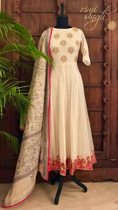 Its looks nice na, the white nd golden color give it a class😊 Punjabi Dress, Anarkali Dress, Anarkali Suits, White Anarkali, Punjabi Suits, Indian Gowns, Indian Attire, Indian Outfits, Pakistani Dress Design