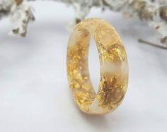 Anello di impilaggio della resina Anello bianco oro Piccolo anello sfaccettato OOAK gioielli minimalisti