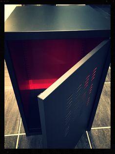 """Meuble en métal type industriel, relooké noir mat avec intérieur rouge... effet """"louboutin""""!"""