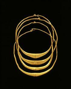 Goudschat van Olst In 1916 werden in de uiterwaarden van de Gelderse IJssel bij Olst vier massief gouden halssieraden aangetroffen.