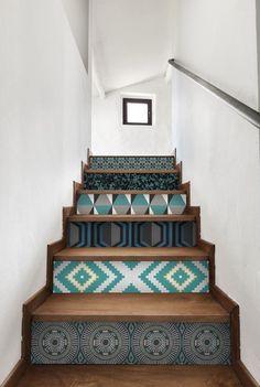 Et si on mettait du papier peint ailleurs que sur les murs ? Où sur les escalier ?   Le Figaro Madame:: Luxury Staircase, Staircase Design, Art Deco Design, Tile Design, Interior Architecture, Interior Design, Basement House, Home Buying, My Dream Home