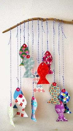 Paper fish mobile - easy and inexpensive wall decor for baby's room. Kids Crafts, Summer Crafts, Diy And Crafts, Paper Crafts, Fish Mobile, Baby Mobile, Papier Diy, Handmade Baby Gifts, Craft Activities