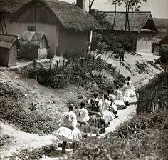Vasárnapi díszben vonuló lányok.  Bény,  1930-as évek.   (fotó: Vadas Ernő) Old Photographs, Photomontage, Black And White Photography, Hungary, Budapest, 1930s, Old Things, Military, Traditional