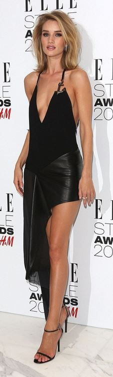 Huntington-Whiteley flashes sideboob at Elle Style Awards Model Rosie Huntington-Whiteley shows off her sideboob in risqué leather dress as she arri.Model Rosie Huntington-Whiteley shows off her sideboob in risqué leather dress as she arri. Look Fashion, Fashion Beauty, Steampunk Fashion, Gothic Fashion, Fashion Women, Rosie Alice Huntington Whiteley, Rose Huntington, Robes Glamour, Elle Style Awards