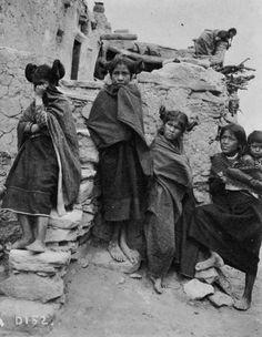vintage-native-american-girls-portrait-photography-31-575a815c8b644__700amérindiennes-amérindiennes.jpg (700×903)