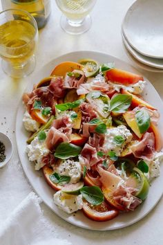Heirloom Tomato, Peach and Burrata Summer Plate - Spoon Fork Bacon Clean Eating, Healthy Eating, Spoon Fork Bacon, Good Food, Yummy Food, Summer Dishes, Summer Salads, Cooking Recipes, Healthy Recipes