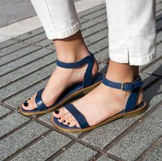 Sandália rasteirinha é must have no verão! Aprenda como incluir esse tipo de sapato nos seus looks do dia-a-dia – inclusive para trabalhar!