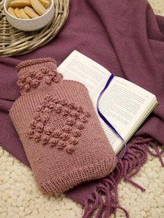 Perfekt für kalte Füße im Winter. Die flauschige Hülle aus Wolle für Ihre Wärmflasche lässt sich ruckzuck selbst stricken. Wir zeigen