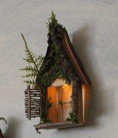 Fata finestra con Pigna a capanna accento Dormer / Delicate scintillanti di luce ~ artigianale da oliva fata accessori, casa fata, fata porta