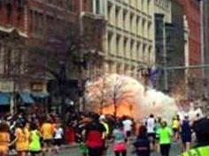 MOSTRAR MINIATURAS 11 de 16  Imagem mostra o momento exato em queocorreram as explosõesperto da linha dechegada da maratona de Boston.As causas do incidente que deixoumortos e diversos feridos ainda são desconhecidas