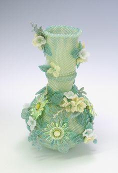 Plaited Herringbone Stitchを考案された『Sweet Pea』さん ビーズで編んだ黄色の小花の飾り壷