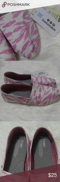 Nwt Tom's women's Pink Ikat slip on shoes 8 New w tags white and pink Aztec Tom's pink ikat slip on shoes size 8  Canvas upper  Tom's toe stitch and elastic v for easy on and off Mixed rubber sole Pink and white  Size 8 women's us  New w tags no box TOMS Shoes