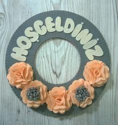 Keçeden Çiçeklerle Süslenmiş El Yapımı Kapı Süsü ,  #dekoratifürünler #elyapımı , Keçeden soft renklerde çiçeklerle süslenmiş kişiye özel tasarım kapı süsü. İstenilen renk ve ölçülerde sipariş alınır. Hoşgeldiniz...