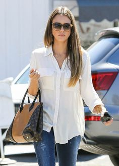 Jessica Alba kept it classic in a white Bella Dahl blouse and cool in ripped skinny denim, then added a major dose of luxe with a Louis Vuitton Fall 2013 bag and Christian Louboutin booties while out in LA. Jessica Alba Style, White Shirt And Jeans, Blue Jeans, Casual Outfits, Cute Outfits, Look Street Style, Outfit Trends, Mode Style, Neue Trends