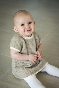 Gratis strikkeopskrift på en smuk kjole med prikker. Udarbejdet i Mayflower Easy Care. Hent opskriften og stik denne flotte kjole til barnebarnet.