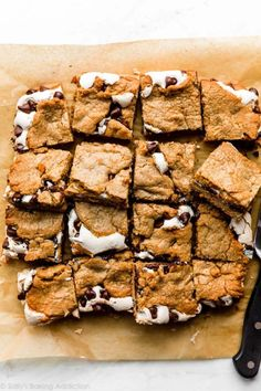 These s'mores cookie bars are layered with a soft graham cracker cookie dough, homemade or store-bought marshmallow (fluff) creme, and plenty of chocolate chips. Super soft, gooey, and easy to make! Cookie Table, Cookie Bars, Cookie Dough, Great Desserts, No Bake Desserts, Dessert Recipes, Desserts With Few Ingredients, Yummy Treats, Yummy Food