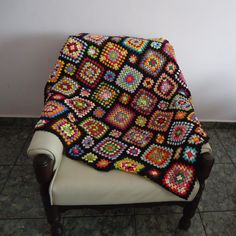 Manta de Crochê feita de linha. Podendo ser usada como manta de sofá. <br>Medida: 110cm x 113cm
