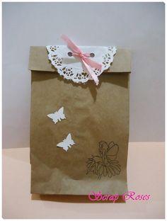 Saquinho decorado de papel Kraft. <br>Perfeito para lembrancinhas e mimos. <br> <br>Opções de carimbo: ursinho com flores, ursinho com coração, fada.