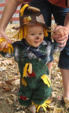 baby scarecrow not for Halloween but for fall picture with the babies (L could have matching pix at the pumpkin patch). Costume Halloween Bebe Garcon, Baby Scarecrow Costume, Fete Halloween, Halloween 2019, Baby Halloween, Halloween Costumes, Scarecrow Hat, Cute Costumes, Carnival Costumes