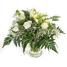 La sua bianca purezza contornata da felce e gipsofila lo rende il più adatto per felicitarsi in occasione di un matrimonio oppure di una nuova nascita.