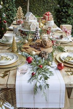 Christmas Table Settings, Christmas Tablescapes, Christmas Table Decorations, Festival Decorations, Decoration Table, Centerpiece Ideas, Christmas Dining Table, Table Centerpieces, Patio Bar Set