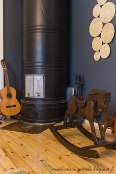 Pönttöuuni ja pannunaluset seinällä <3 Rocking Chair, Sweet Home, Living Room, Retro, Big, Furniture, Beautiful, Ideas, Home Decor