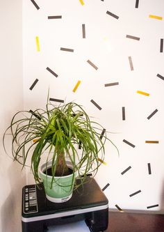 DIY oversized confetti mural (using washi tape!) DIY oversized confetti mural (with washi tape! Masking Tape Wall, Washi Tape Diy, Diy Washi Tape Wall Decor, Washi Tapes, Duct Tape, Washi Tape Wallpaper, Home Wallpaper, Office Wallpaper, Wallpaper Ideas