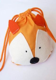 Fox drawstring bag - from the Feest in 't Knutselbos book .- Fox drawstring bag – from the Feest in 't Knutselbos book … THAT I HAVE 🙂 No… Fox drawstring bag – fro - Sewing For Kids, Baby Sewing, Diy For Kids, Animal Bag, Fabric Bags, Kids Bags, Cute Bags, Hobo Bag, Sewing Hacks