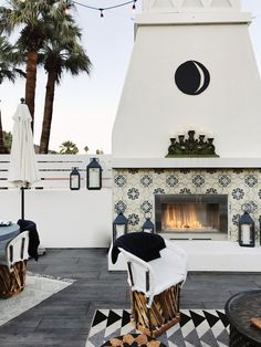 modern back patio decor, modern outdoor seating area, modern outdoor living room design with outdoor fireplace Design Patio, Modern Garden Design, Home Design, Design Ideas, Rooftop Design, Design Design, Landscape Design, Modern Design, Interior Design