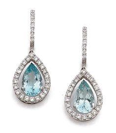 PAIRE DE BOUCLES D'OREILLES <br>en or gris, un anneau à demi pavé de diamants retenant en pampille une goutte d'or gris sertie de diamants et centrée d'une aigue-marine mobile taillée en poire pesant environ 2,50 cts.  <br>Hauteur : 3,50 cm environ.  <br>Poids : 9,0 g.  <br>A pair of aquamarine, diamond and 18K gold earrings.