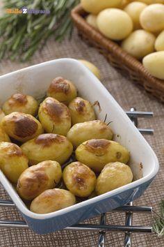 Le #patatine novelle al rosmarino (rosemary new potatoes) sono un contorno classico ed economico, entrato ormai a far parte della tradizione culinaria italiana. #ricetta #GialloZafferano #italianfood #italianrecipe #potatoes