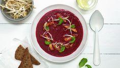 Rødbetesuppe med strimlet svinekjøtt og bønnespirer