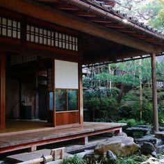 Who is interested to visit an old samurai house? It's possible in Nagamachi district in Kanazawa ! Qui est intéressé par la visite d'une ancienne demeure de samouraï ? Une occasion rare qu'il est possible de saisir dans le quartier Nagamachi de Kanazawa. Ici la maison Nomura est un petit bijou architectural que ce soit le bâtiment en lui-même ou son jardin. Pour en savoir plus direction l'article sur le blog ! #japan #japon #ishikawa #kanazawa #nomura #nomurahouse #samourai #zengarden… Kanazawa, Ishikawa, Direction, Occasion, Architecture, Pergola, Outdoor Structures, House Styles, Home Decor