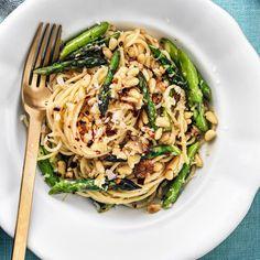 Sommarens godaste pasta med sparris, pinjenötter och parmesan