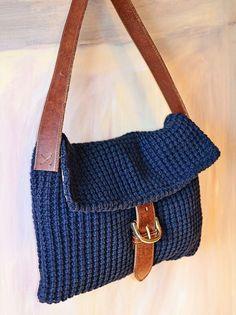 手編みのバッグって 冬っぽい気がするし、下手すると いかにも 手づくり~ って感じになったり、おばあちゃんが 近所に買い物にいくカバンみたいになりそう、っ...