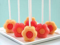 Meloenbloemetjes. Deze zijn gemaakt met een koekjesvorm en een klokhuisverwijderaar van 2 verschillende soorten meloen. Een lollystokje erin en klaar!