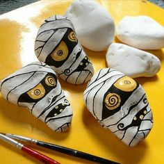 Halloween is favorite Holidays. There is something about the fun costumes, the spooky stories, and the sounds of leaves under the kid's feet. Painting rocks is a fun new way to create this holiday. There are Scary Halloween Painted Rock Ideas. Halloween Rocks, Fete Halloween, Halloween Crafts, Halloween Decorations, Halloween Halloween, Halloween Painting, Mummy Crafts, Halloween Tombstones, Halloween Table