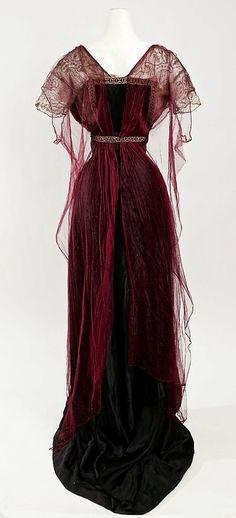 Historische Kleidung I fully adore the wealthy burgundy hue of this elegant Edwardian night robe, 19 Edwardian Dress, Edwardian Fashion, Vintage Fashion, Edwardian Era, Vintage Beauty, 1920s Dress, Victorian Evening Gown, Victorian Dresses, Victorian Gothic
