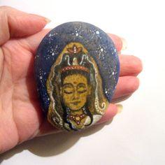 Déesse Kwan Yin main peinte art par SeeQueenStones sur Etsy