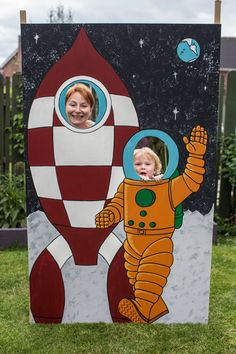 Space party photo board, photo booth Rockets For Kids, Science For Kids, Space Party, Space Theme, 1st Birthday Themes, 1st Birthday Parties, Outer Space Activities, Cardboard Rocket, Space Classroom