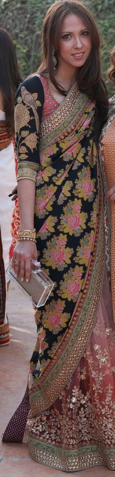 LOVE this floral sari, i want it! India Fashion, Ethnic Fashion, Asian Fashion, Women's Fashion, Indian Attire, Indian Wear, Indian Style, Indian Sarees, Indian Blouse