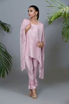 Hunting for the ideal shrugs for dresses items? to seek out exceptional and hand made. shrugs for dresses diy Pakistani Dress Design, Pakistani Outfits, Indian Outfits, Suit Fashion, Fashion Dresses, Eastern Dresses, Shrug For Dresses, Desi Wear, Gowns Of Elegance