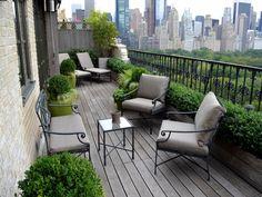 amenagement balcon, deco terrasse en bois gris, table, banc et chaises métalliques, boules buis, chaise longues