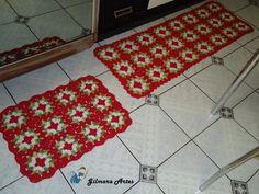 Jogo de tapete confeccionado em barbante de alta qualidade, podendo ser produzido em outras cores.  Medidas:  Passadeira 1,20 x 0,45 cm  Tapete 0,60 x 0,45 cm R$ 115,00