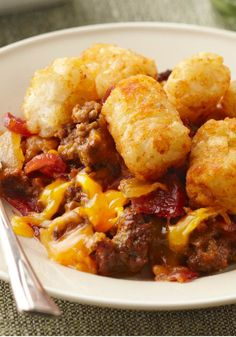 Bacon Cheeseburger Casserole recipe - As good as it sounds—a bacon cheeseburger in easy casserole form! Instead of fries on the side, you get golden brown potato nuggets on top. Food Dishes, Main Dishes, Side Dishes, Bacon Cheeseburger Casserole, Hamburger Tator Tot Casserole, Pierogi Casserole, Beef Casserole, Kraft Recipes, Kraft Foods